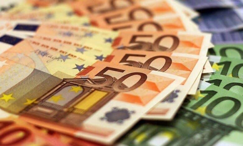 لماذا يتراجع اليورو لأدنى مستوياته