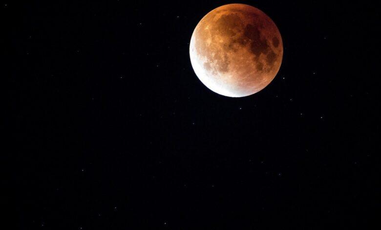 تفسير حلم القمر في المنام للعزباء للمتزوجة للمطلقة للرجل لابن سيرين